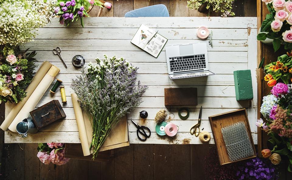 部屋に花を飾ろう!備えておきたい花道具5選